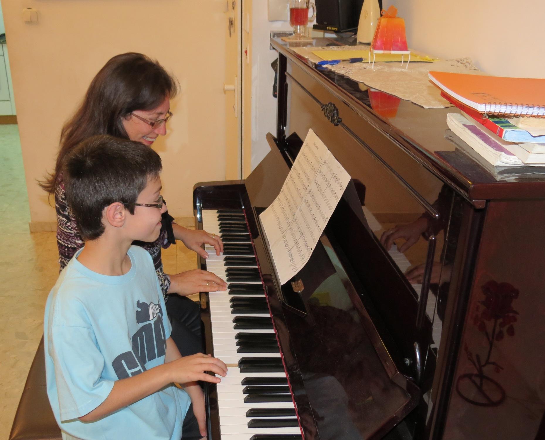 אמא ובן מנגנים ב4 ידיים